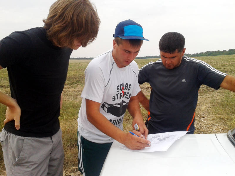 Отбор почвенных образцов проводят ведущий агрохимик Олейников Ал. Ю. и инженер по научно-технической геоинформации Зеленина Н.А.