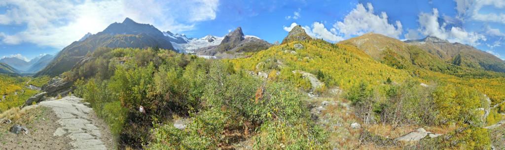 Домбай. Панорамный вид на долину, вблизи водопада, виден ледник