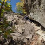 Турист проходит скалолазный участок