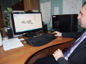 Программист Илья демонстрирует работу с банком данных. Код приложения создан в этом отделе