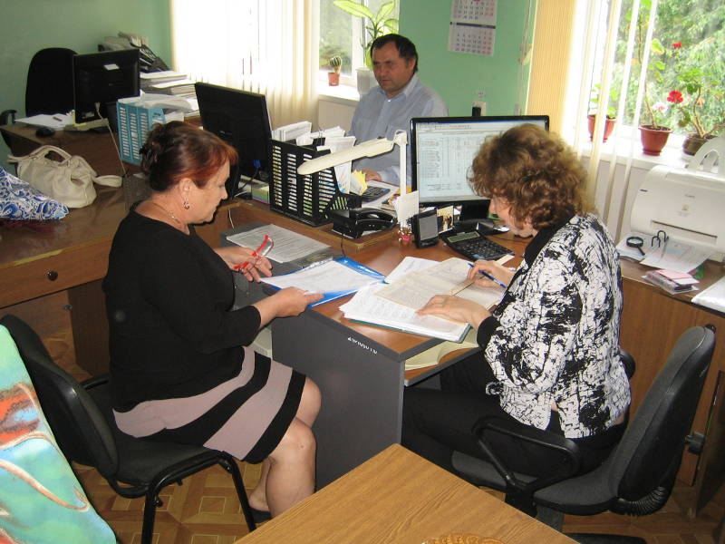 Главные агрохимики отдела ПУиО Кузьминова Н.В. и Дробина В.В. анализируют отчетность по Петровскому району