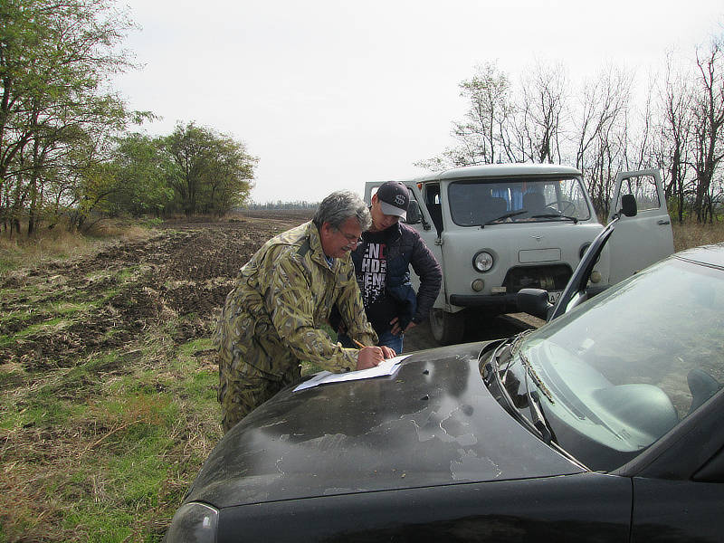 Главный агрохимик отдела МПП Давыскиба А.А. разбивает карту отбора совместно с фермером