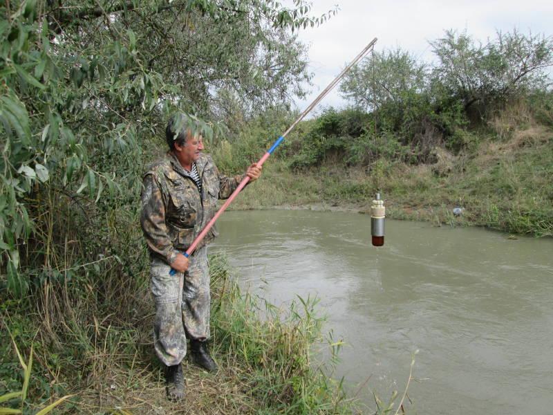 Отбор проб воды на р. Ташла осуществляет главный агрохимик Давыскиба А.А.