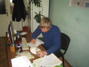 Агрохимик отдела применения удобрений Фильчев М.И. вносит образцы минеральных удобрений в график проведения анализов