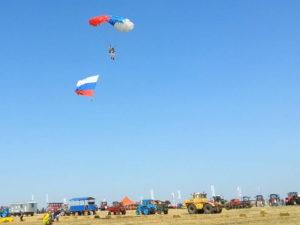 Парашютисты с флагом России