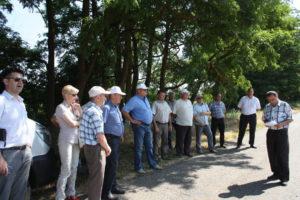 Руководитель агрохимцентра «Ставропольский» В.П. Егоров и главный агрохимик В.Е. Давыдов демонстрируют проведённые полевые производственные опыты