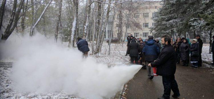 Обучение работников по тушению очага возгорания порошковым огнетушителем