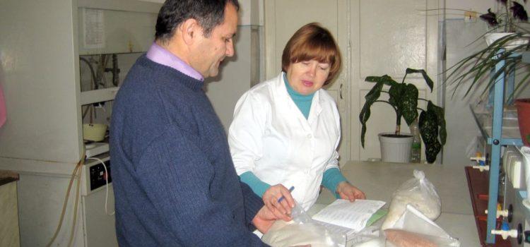 Учёт отобранных образцов осуществляют главный агрохимик отдела применения удобрений Давыдов В.Е. и ведущий агрохимик аналитического отдела Письменная Г.Н.
