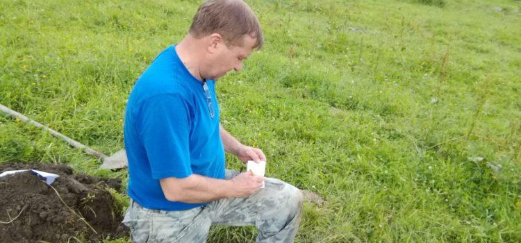 Фото. Главный почвовед Чернов В.А. проводит отбор проб почвы на объекте