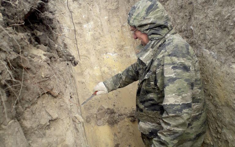 Главный почвовед Вадим Чернов препарирует в почвенном разрезе