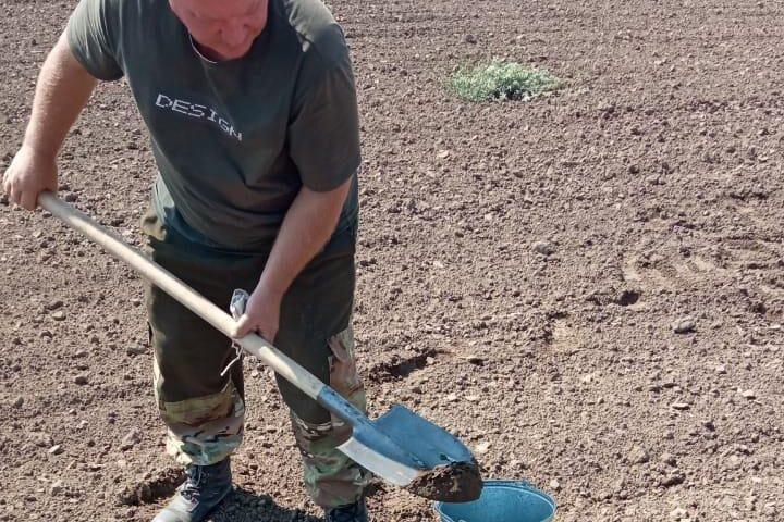 Отбор почвенных проб осуществляет главный почвовед Макоед А.А.
