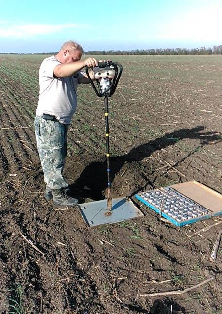Отбор почвенных проб проводит гл. почвовед Макоед А.А.