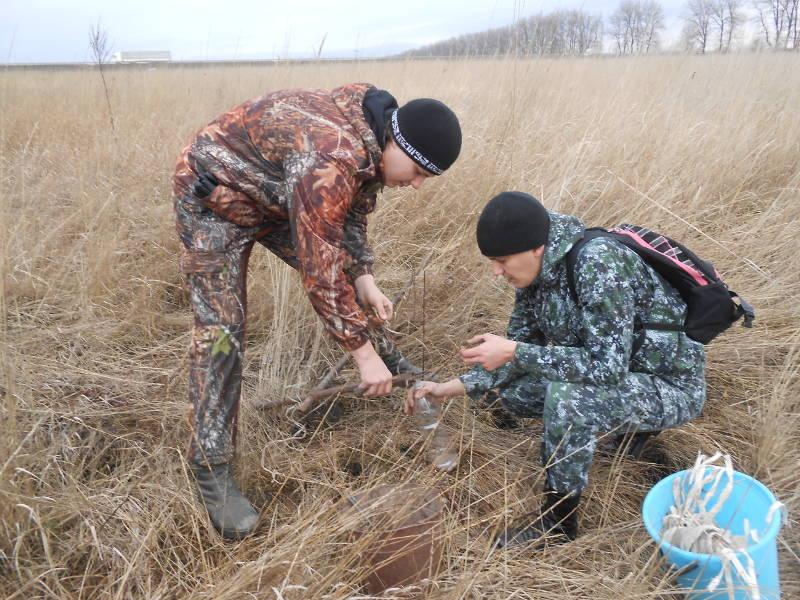Отбор почвы и грунтовых вод проводят агрохимик Фуфлев С.В. и ведущий инженер Сторчак Е.А.