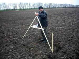 Главный агрохимик отдела ПУиО - Давыдов В.Е. занимается закладкой производственного опыта