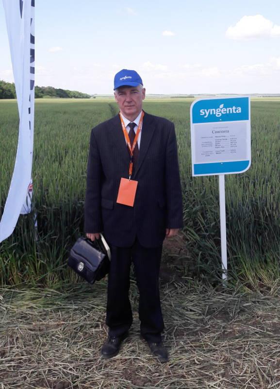 Начальник отдела ПУиО Зеленский Н.А. на опытном поле компании «Сингента»