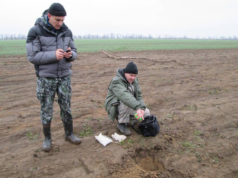 Отбор образцов почвы в местах смыва почвы