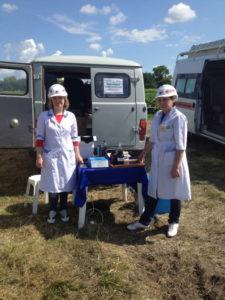 Сотрудники агрохимцентра с оборудованием для экспресс-определения нефтепродуктов