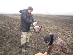 Главный агрохимик Давыдов В.Е. и агрохимик 1-ой категории Фильчев М.И. проводят отбор образцов для мониторинга азота в почве