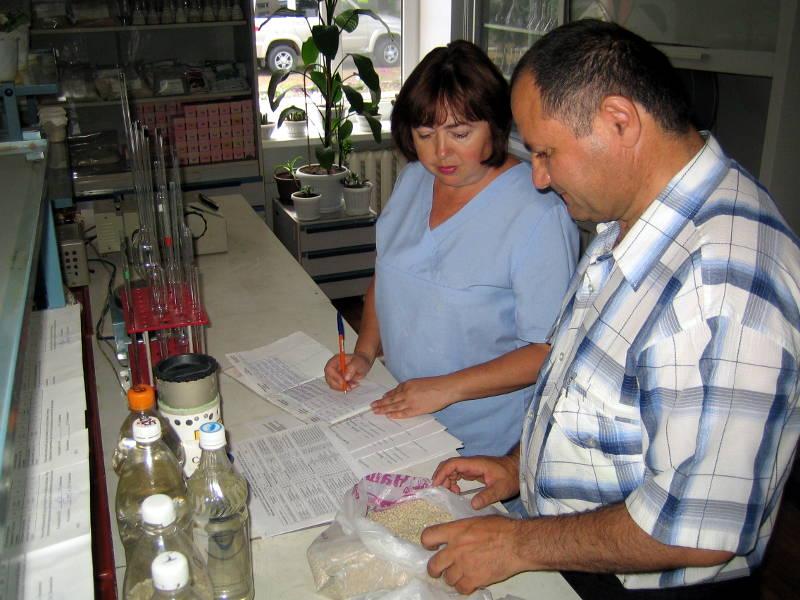 Учёт отобранных образцов осуществляют агрохимик отдела применения удобрений Давыдов В.Е. и ведущий агрохимик аналитического отдела Письменная Г.Н.