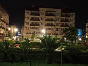 Аккуратные дома вдоль набережной