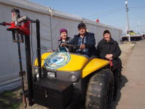 Посетители осваивают транспортное средство агрохимцентра