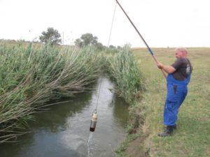 Отбор проб воды на р. Малая Кугульта осуществляет главный почвовед Макоед А.А.