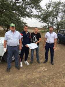 Начальник отдела ГИС-технологий Олейников А.Ю. и агрономы хозяйства обсуждают предстоящие планы работы