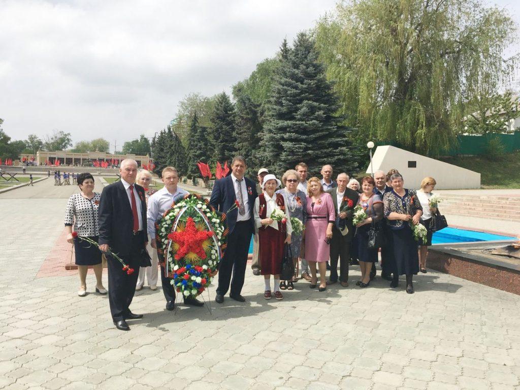 Коллектив агрохимцентра у мемориала Вечной памяти павшим в годы 1941-1945гг.