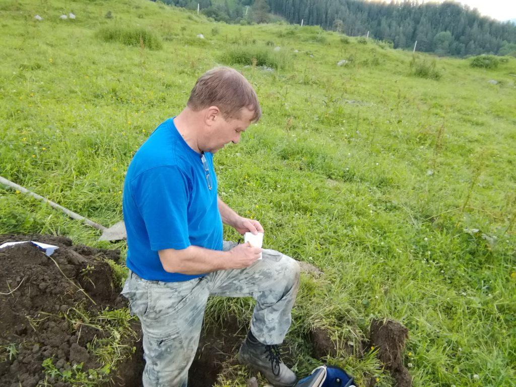 Фото. Главный почвовед ЧерновВ.А. проводит отбор проб почвы на объекте