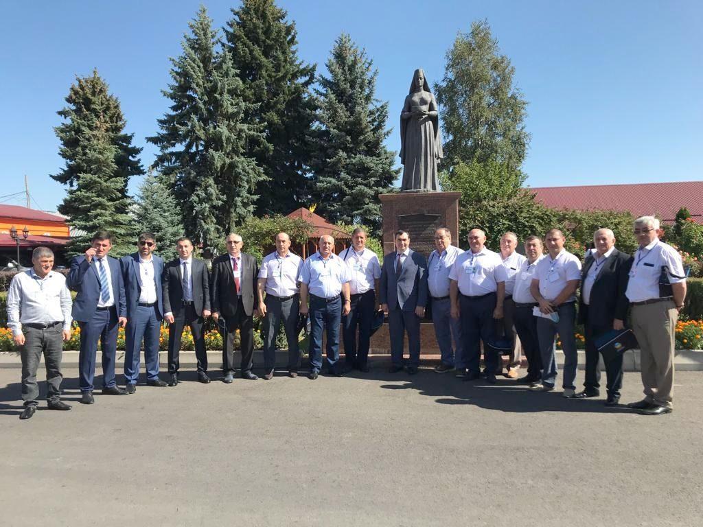 Участники выставки во главе с директором депрастениеводства Некрасовым Романом Владимировичем