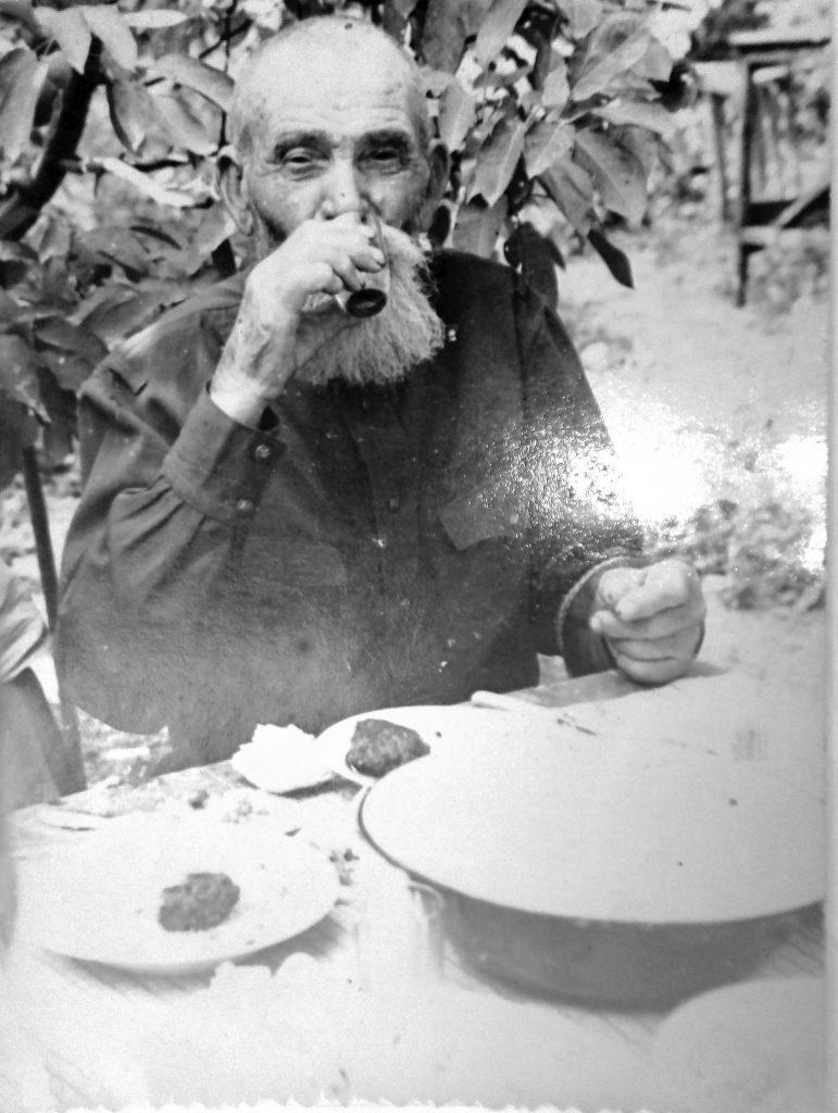 Архивное фото. Горлатов Василий Назарович (прадед Геннадия) отдыхает в саду под черешней