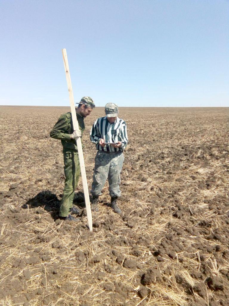 Главный агрохимик ДавыдовВ.Е. и ведущий агрохимик МатвиенкоА.В. устанавливают на местности границы опытных делянок