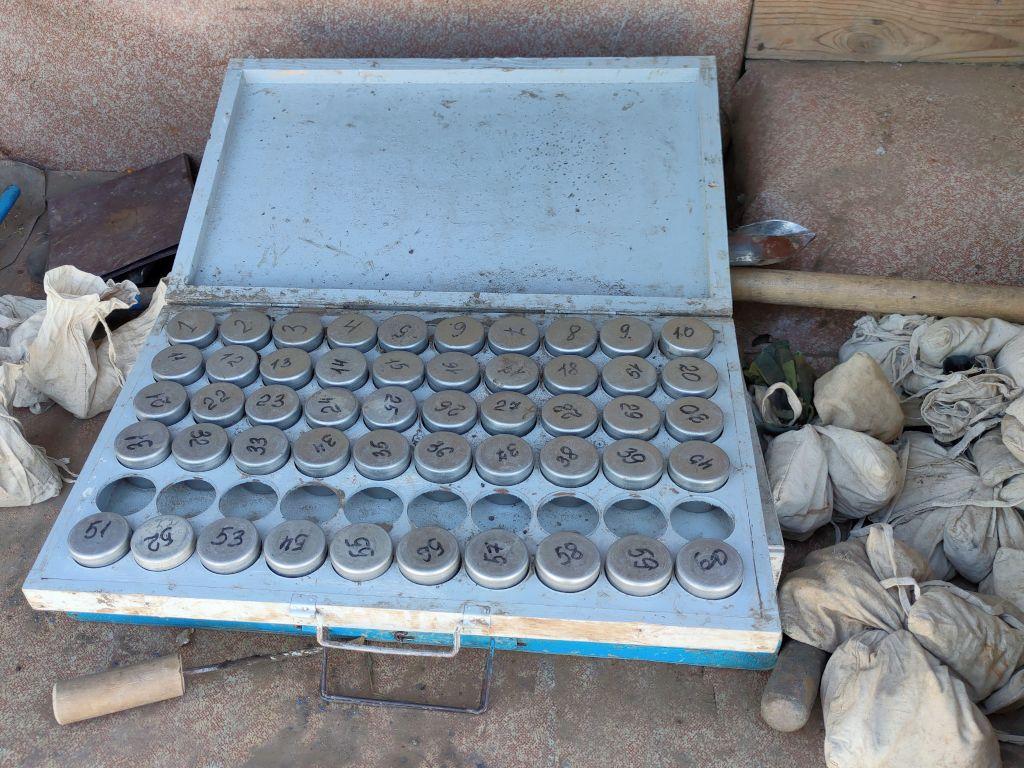 Для предотвращения испарения воды при транспортировании проб в лабораторию используют бюксы с крышками, не пропускающие воду и пары