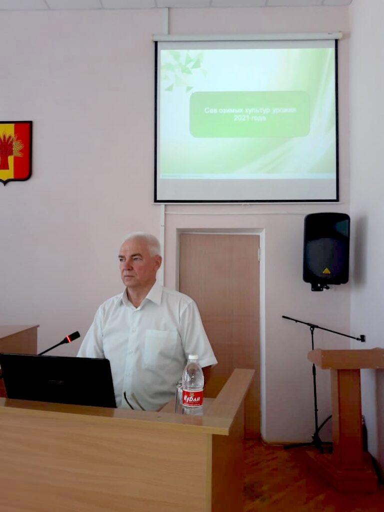 Зав. сектором применения удобренийи опытов Николай Зеленский выступает с презентацией