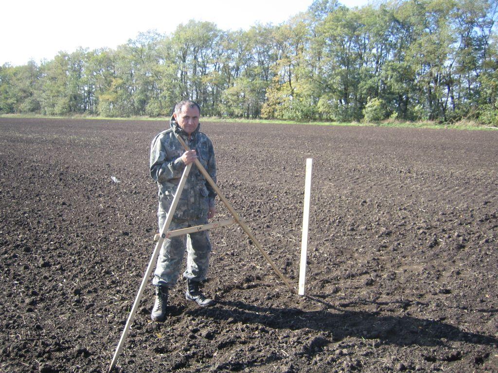 Главный агрохимик Владимир Давыдов проводит разбивку участка под производственный опыт