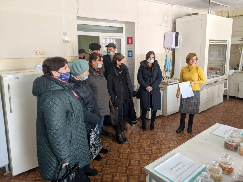 Нач. аналитического отдела Наталья Журавель проводит экскурсию по лаборатории для фермеров